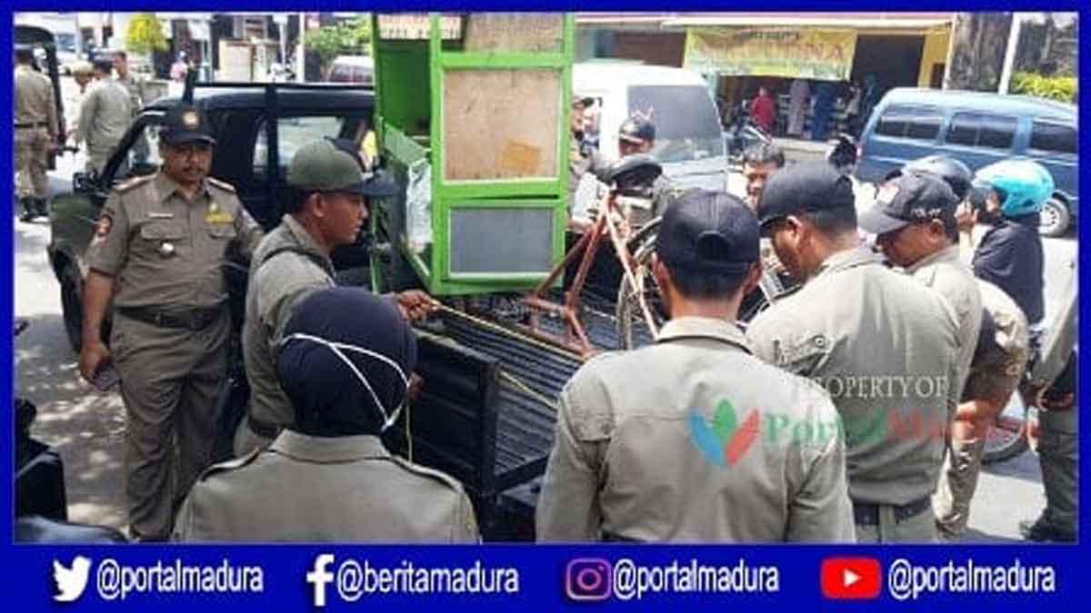 Satpol PP Bangkalan Tertibkan Paksa PKL Langgar Aturan