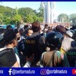 Aksi Massa di Pamekasan Bentrok dengan Polisi