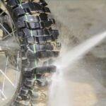 Jangan Asal, Ini 4 Cara Bersihkan Ban Motor yang Benar