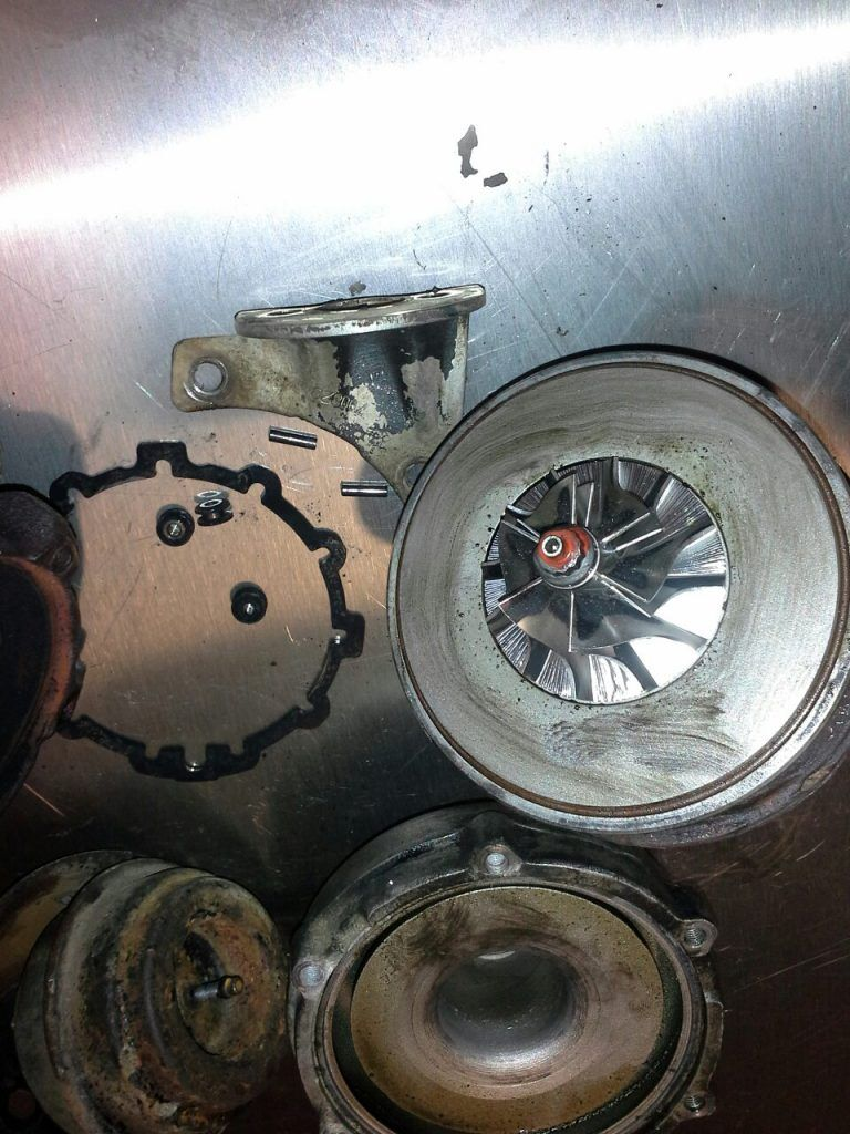Компрессорное колесо в масляном налете, что указывает на неисправность КВКГ